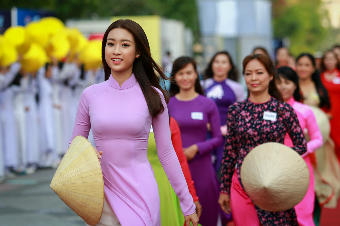 ao-dai-festival-2017-floats-down-onto-saigon-pedestrian-street-9