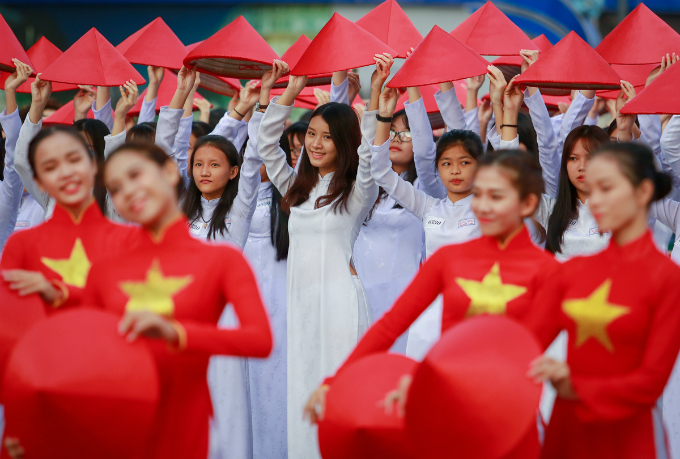 ao-dai-festival-2017-floats-down-onto-saigon-pedestrian-street-7
