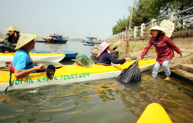 a-tour-sends-travelers-out-picking-up-trash-in-hoi-ans-waterways-10