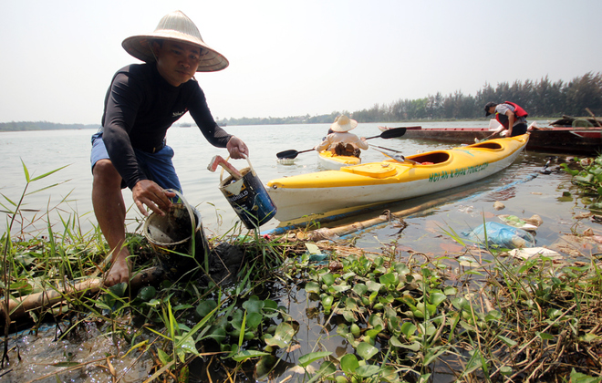 a-tour-sends-travelers-out-picking-up-trash-in-hoi-ans-waterways-2