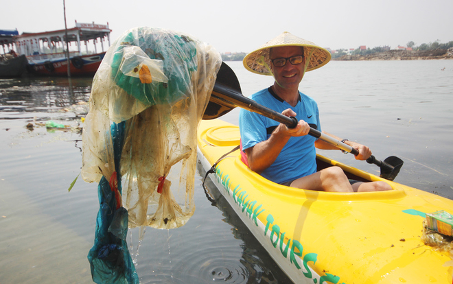 a-tour-sends-travelers-out-picking-up-trash-in-hoi-ans-waterways-3