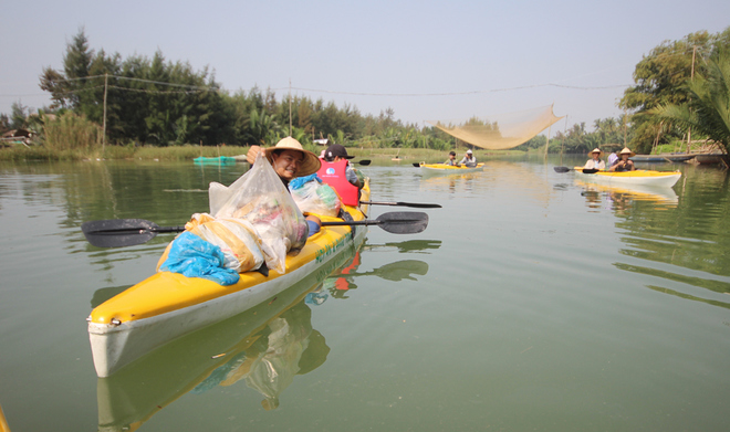 a-tour-sends-travelers-out-picking-up-trash-in-hoi-ans-waterways-4