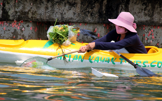 a-tour-sends-travelers-out-picking-up-trash-in-hoi-ans-waterways-5
