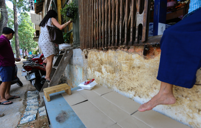 uphill-challenge-for-saigon-residents-with-doorsteps-ripped-out-9