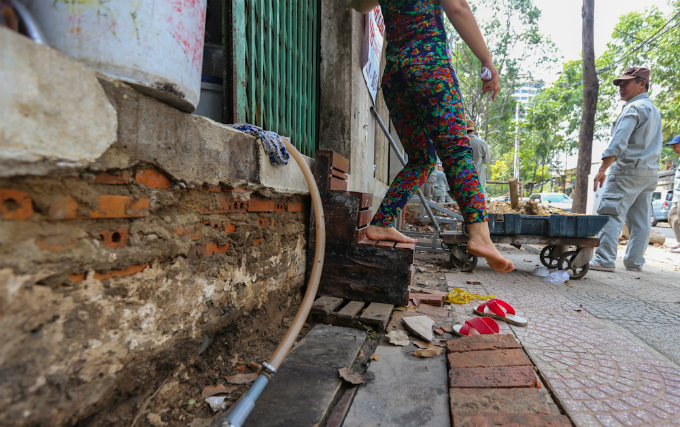uphill-challenge-for-saigon-residents-with-doorsteps-ripped-out-2