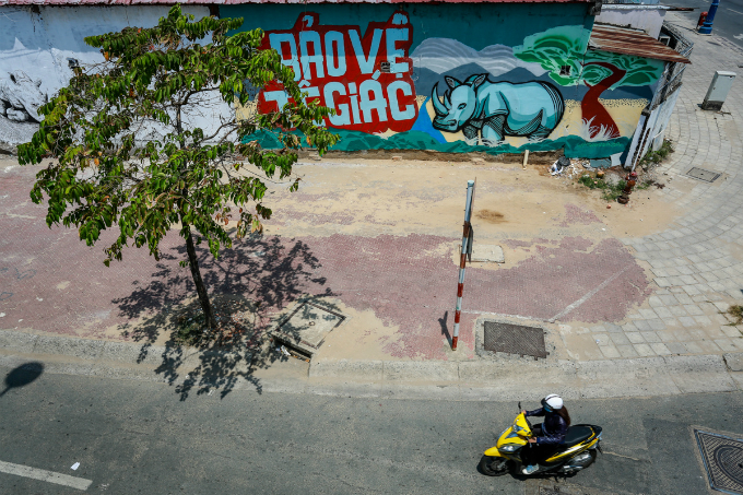 colorful-rhinos-storm-saigon-alleys-with-a-message-save-them-12