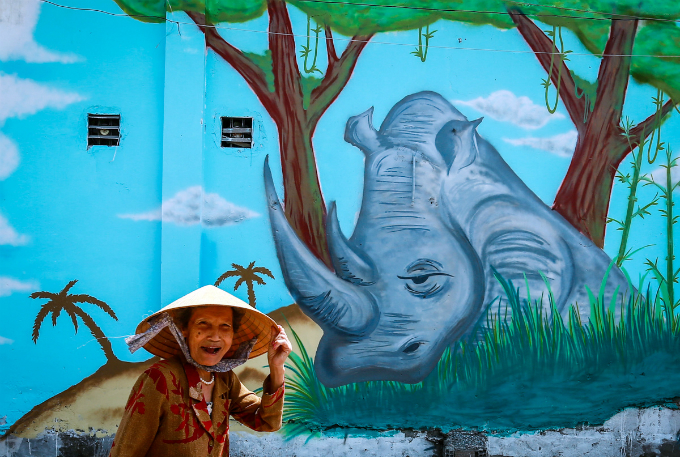 colorful-rhinos-storm-saigon-alleys-with-a-message-save-them-1