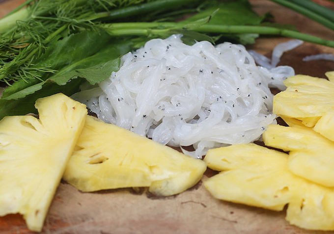 The name suggests how the fish looks: exactly like noodle. Noodlefishes are either white or translucent. They are material for sour soup and fish ball. People also fry them with egg or wrap them in lolot leaves for grilling.