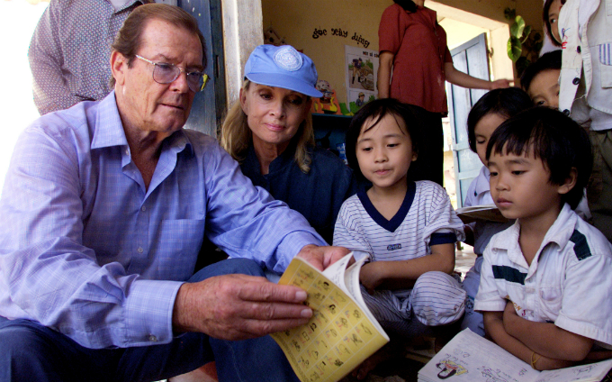 remembering-former-bond-roger-moore-and-his-vietnam-visit