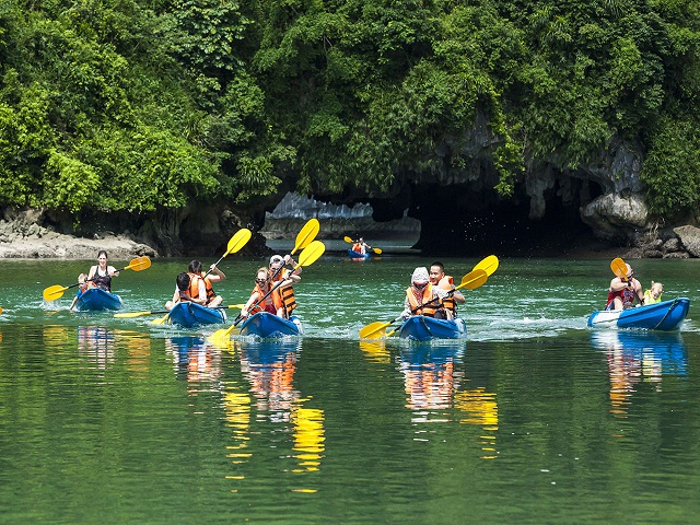 It seems that the most exciting and attractive activity in the whole itinerary of tourists is freedom to explore Halong by kayak ...