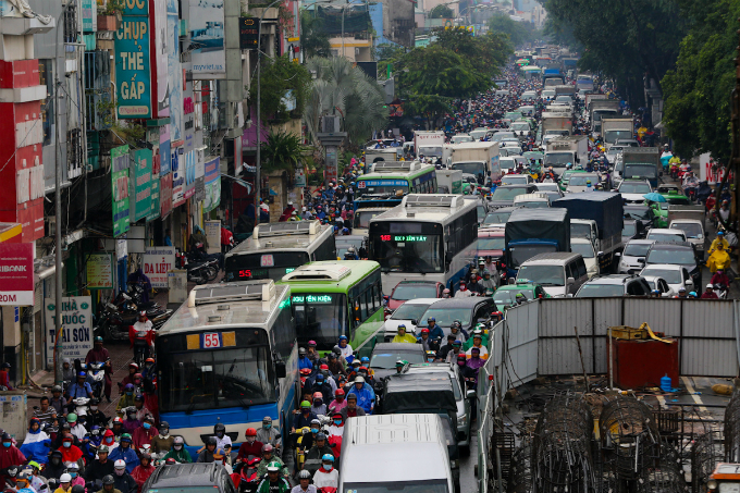 heavy-downpours-leave-saigons-traffic-in-chaos-1