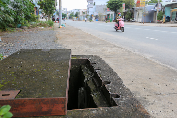 deadly-road-traps-open-sewers-call-for-sidewalk-patch-up-in-saigon-2