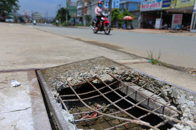 deadly-road-traps-open-sewers-call-for-sidewalk-patch-up-in-saigon-3