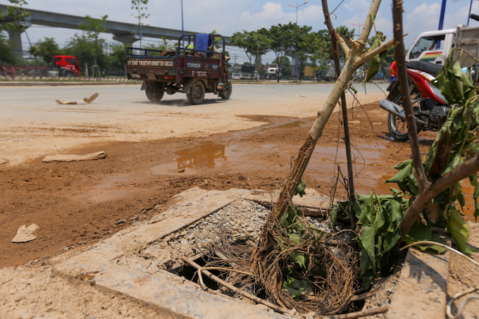 deadly-road-traps-open-sewers-call-for-sidewalk-patch-up-in-saigon-4