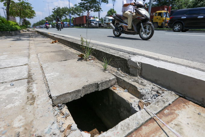 deadly-road-traps-open-sewers-call-for-sidewalk-patch-up-in-saigon-5