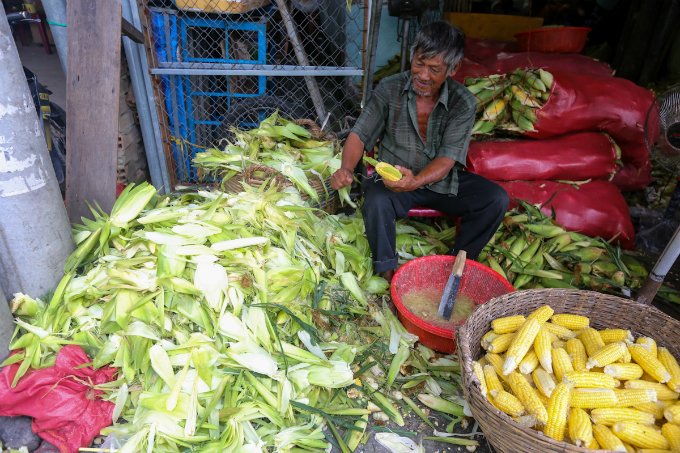 its-all-about-corn-at-this-market-in-saigon-2