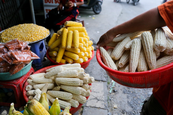 its-all-about-corn-at-this-market-in-saigon-7