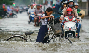 Saigon residents caught wading through record tide