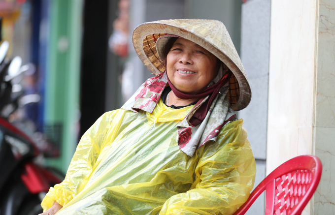 curious-smiles-and-raincoats-welcome-apec-delegates-to-da-nang-1