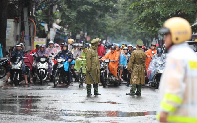 curious-smiles-and-raincoats-welcome-apec-delegates-to-da-nang-2