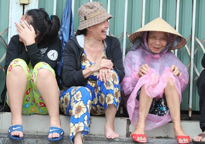 curious-smiles-and-raincoats-welcome-apec-delegates-to-da-nang-5