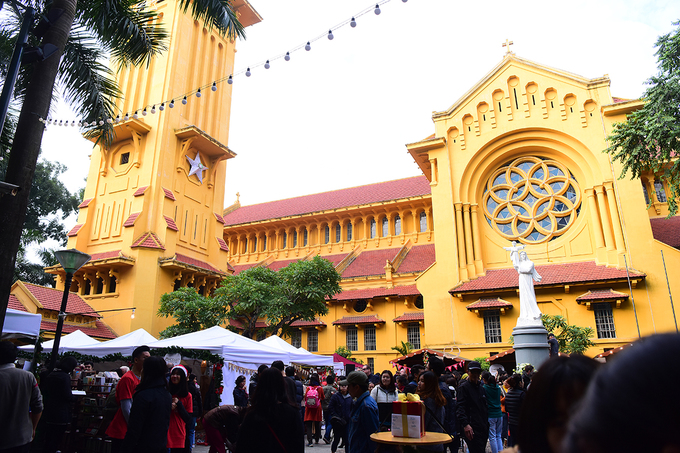 get-festive-in-the-first-german-christmas-market-in-hanoi