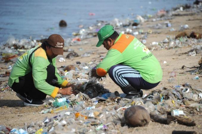 Bali declares 'garbage emergency' amid sea of waste