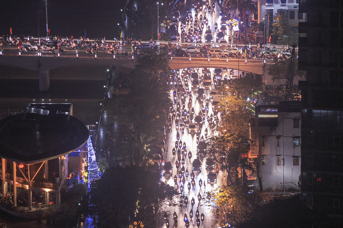 Bach Dang Street is flooded with vehicles as people leave at the end of the fireworks show.