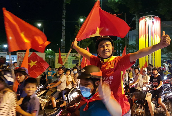 In Dong Nai province, hundreds also came to Bien Hoa city center to celebrate the teams victory. Traffic police have been on the guards to guarantee safety for roadusers. Photo by Vnexpress/Phuoc Tuan