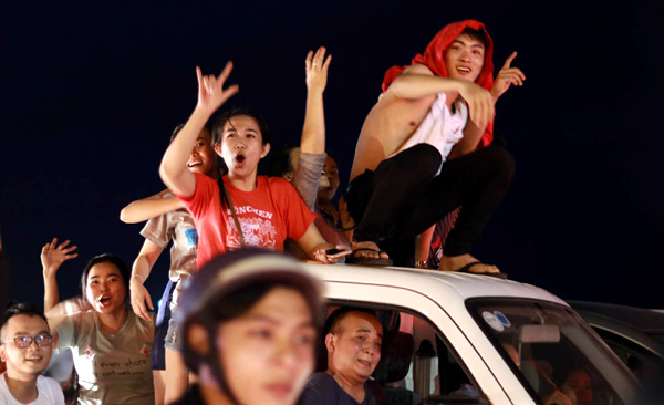Nha Trang football fans stormed to the main square to celebrate the victory. I cant describe this feeling, said Ngoc, a father of two who also took his children to the streets. Photo by Vnexpress/Xuan Ngoc