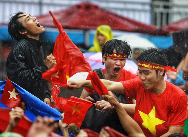 Saigon fans cheered on as footballer Van Thanh made the historic score, bringing the final victory to the U23 team. Photo by Vnexpress/Nguyen Thanh