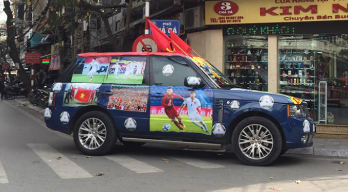 This blue Range Rover is not less eye-catching than other cars in red.