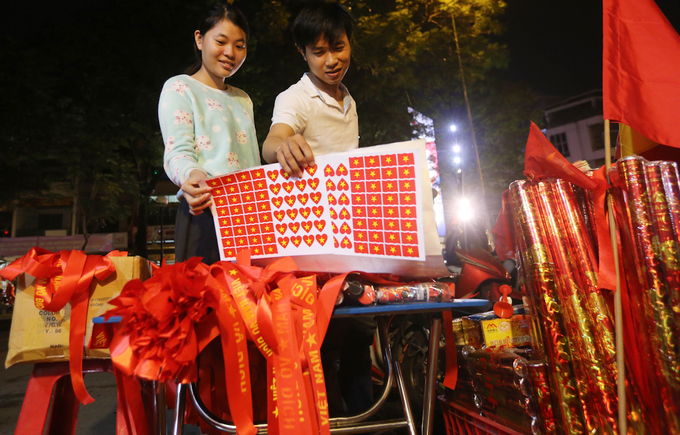 I pocketed VND2million in the semi-final night alone, said Cong Nguyen, a 24-year-old flag seller. I hope we will win the cup this afternoon.