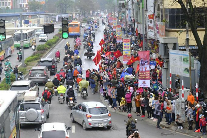 Vietnamese fans welcome home history-making U23 football team - 2