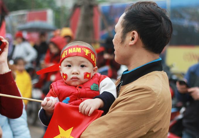 Vietnamese fans welcome home history-making U23 football team - 3