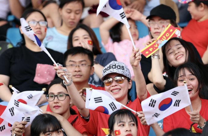 Some fans at the stadium are Korean as it is Park Hang-seo, the South Korea head coach that has contributed a huge part to help the Vietnamese team go that far in the AFC U23 this year.