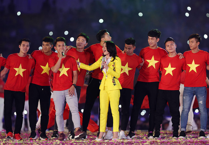 Players sing Niem tin chien thang (We are the champions with singer My Tam.