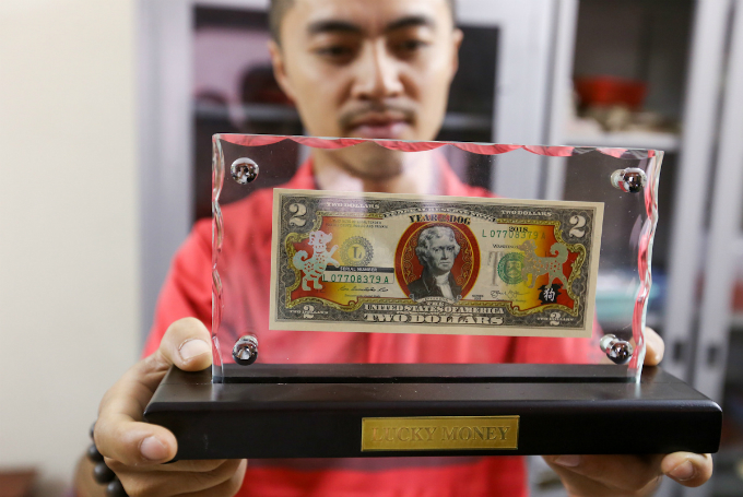 This two-dollar note from the U.S. is the most favored and is sold at VND350,000-400,000. Dang said he imported more than 800 notes and have sold almost all of them. A local named Hanh in Ho Chi Minh City told VnExpress that he has spend VND4 million buying ten notes. It is rare and expensive but I want to give it to my beloved as a wish of good luck.