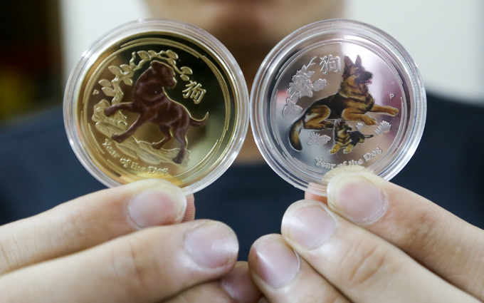 These Australian coins are yet another favorite in the Year of Dog. They are priced at VND300,000 per pair.