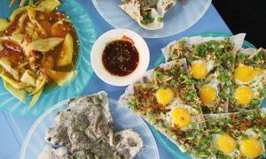 In Da Nang's maze of alleys, a crispy feast of Vietnamese 'pizza'