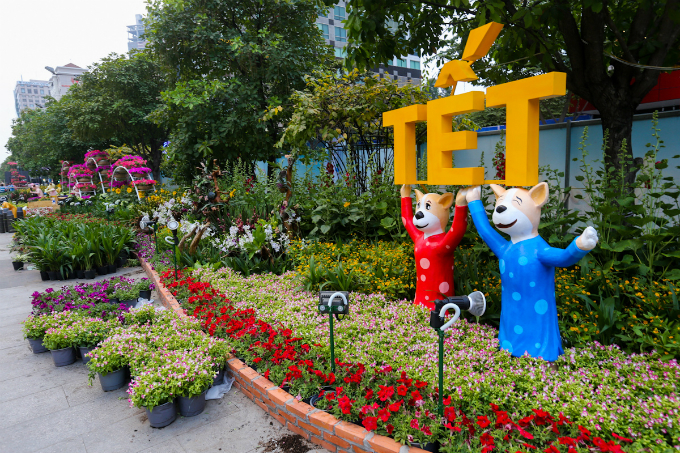 After two weeks being covered up for decorating, Nguyen Hue Street has now returned with a brand new look with flowers, statues, plants and ponds to keep the fire on for Saigon flower street, something that the city has been doing every Tet, the most important festival when Vietnamese celebrates a new lunar year.
