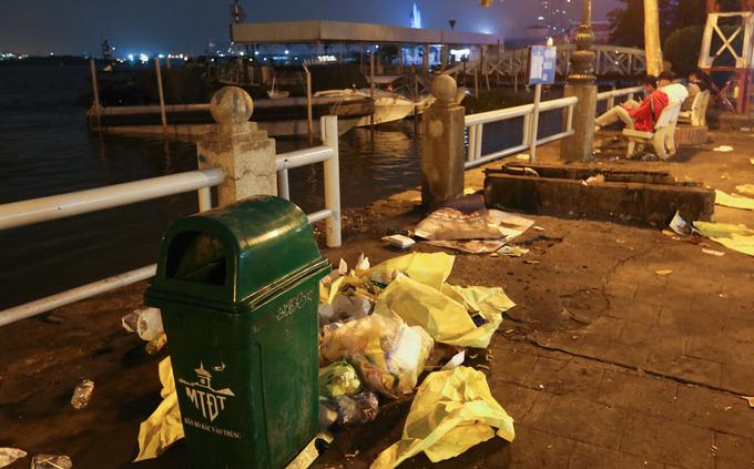 Despite plenty of dust bins in the park, garbage was not thrown into them, but around them.