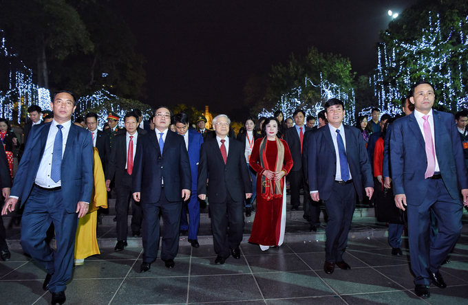 Trong and Hanois leaders visit Sword Lake located in downtown Hanoi.