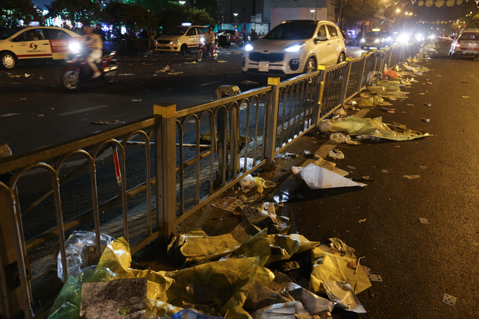 The section of Ton Duc Thang Street, stretching from Khanh Hoi Bridge to Dong Khoi Street, is also flooded with rubbish. As wind blows or cars pass, plastic bags are swept into the median strip.