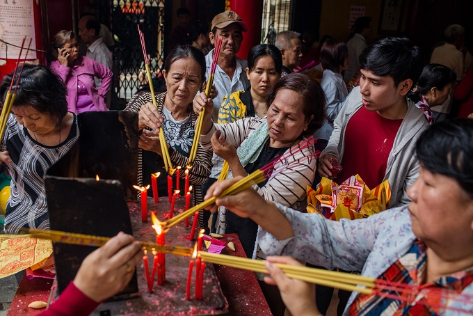 People burnt incense in On Lang Pagoda (District 5).