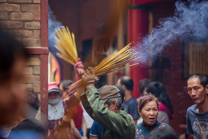 Because there were so many incense sticks burnt, a caretaker of On Lang had to remove the sticks a few times during the festival.