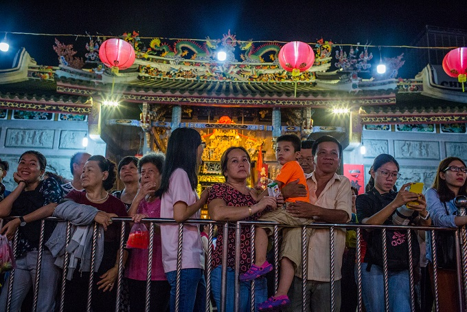 Audiences, ranging from young to old ages, watched a tuong act in Nghia An.