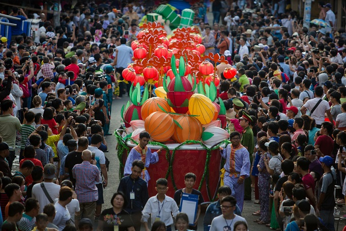 The parade stretched for kilomet long in Cholon area.