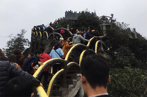 Tourists have been climbing up the illegal stairway since the Lunar New Year holiday. Photo by VnExpress/Tran Quan
