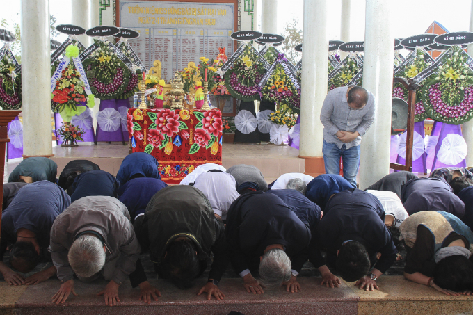 A group of South Korean people kneel and bow to apologize to Quang Nam people for the massacre.